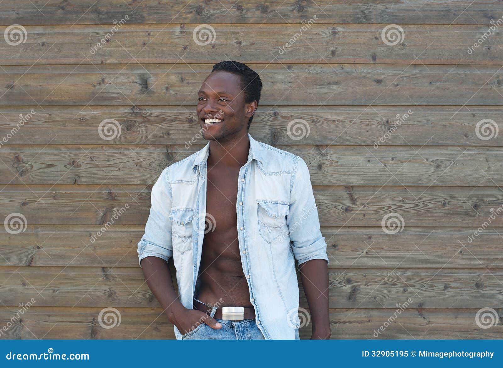 homem-negro-bonito-que-sorri-fora-329051