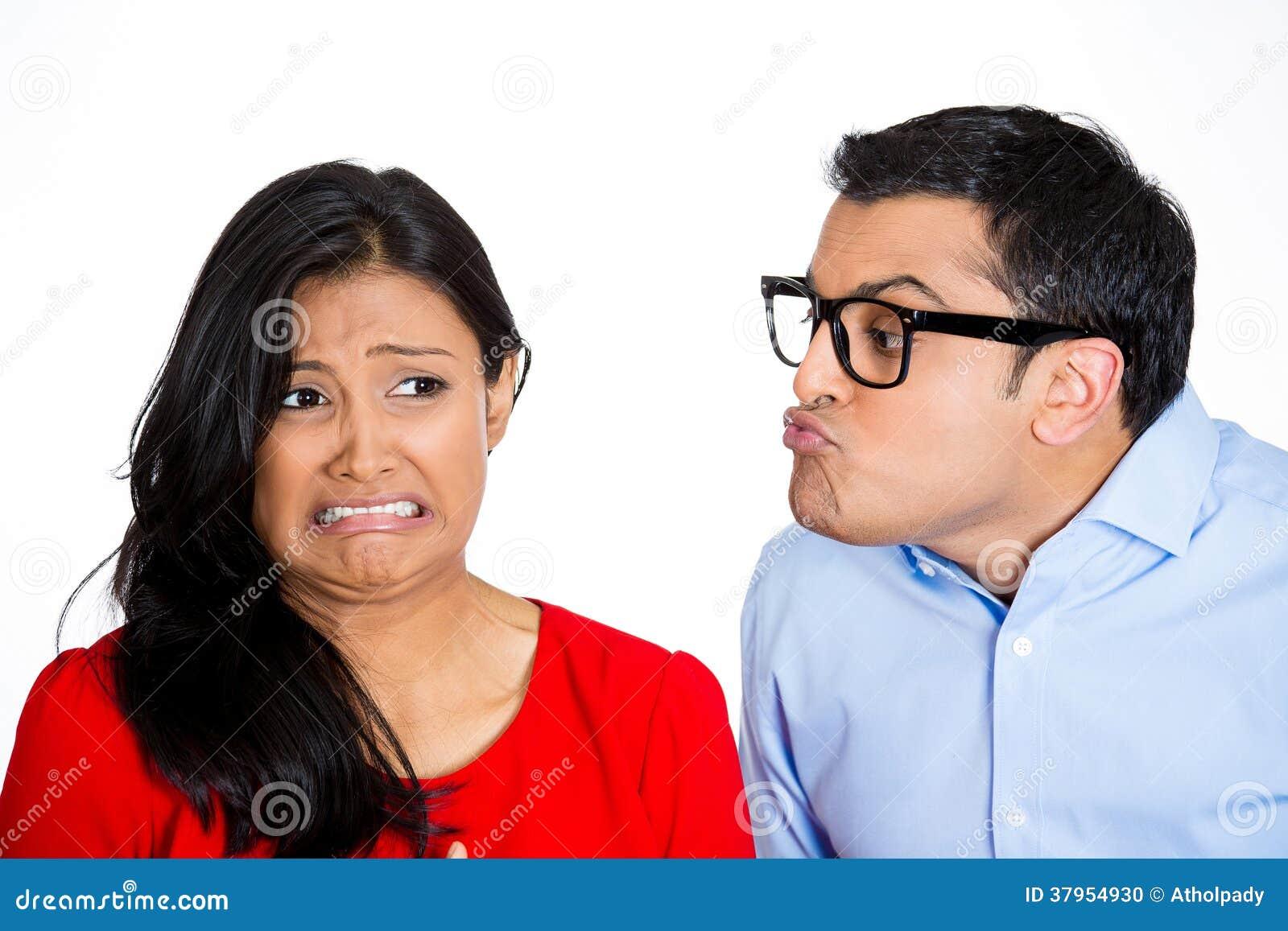 Homem Nerdy que tenta beijar a mulher esnobe