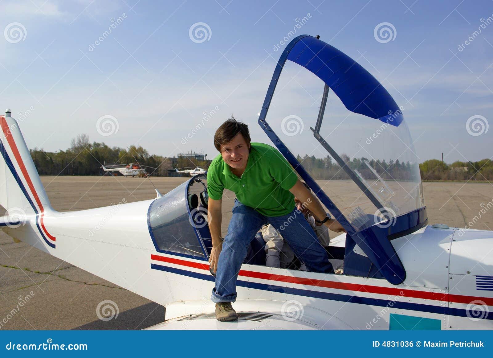 Homem no avião pequeno