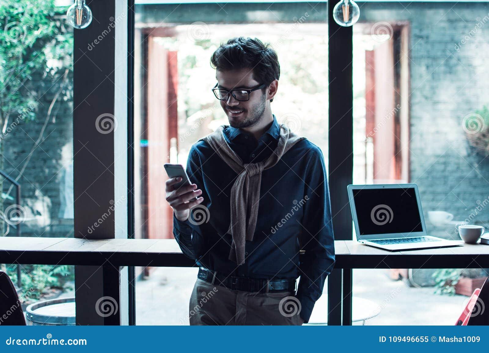 Homem no café