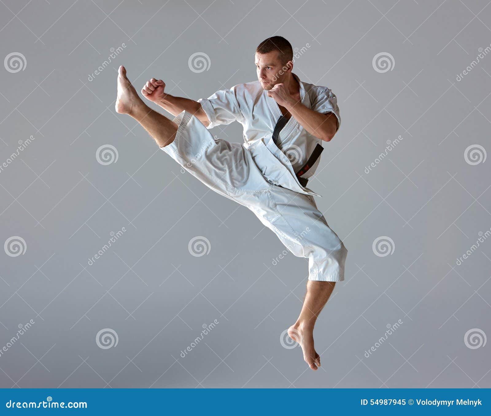 Homem no karaté branco do treinamento do quimono