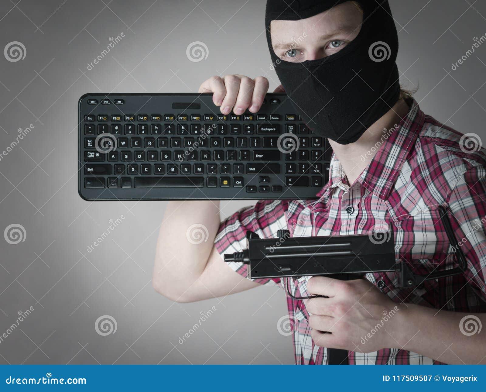 Homem no passa-montanhas que guarda o teclado e a arma