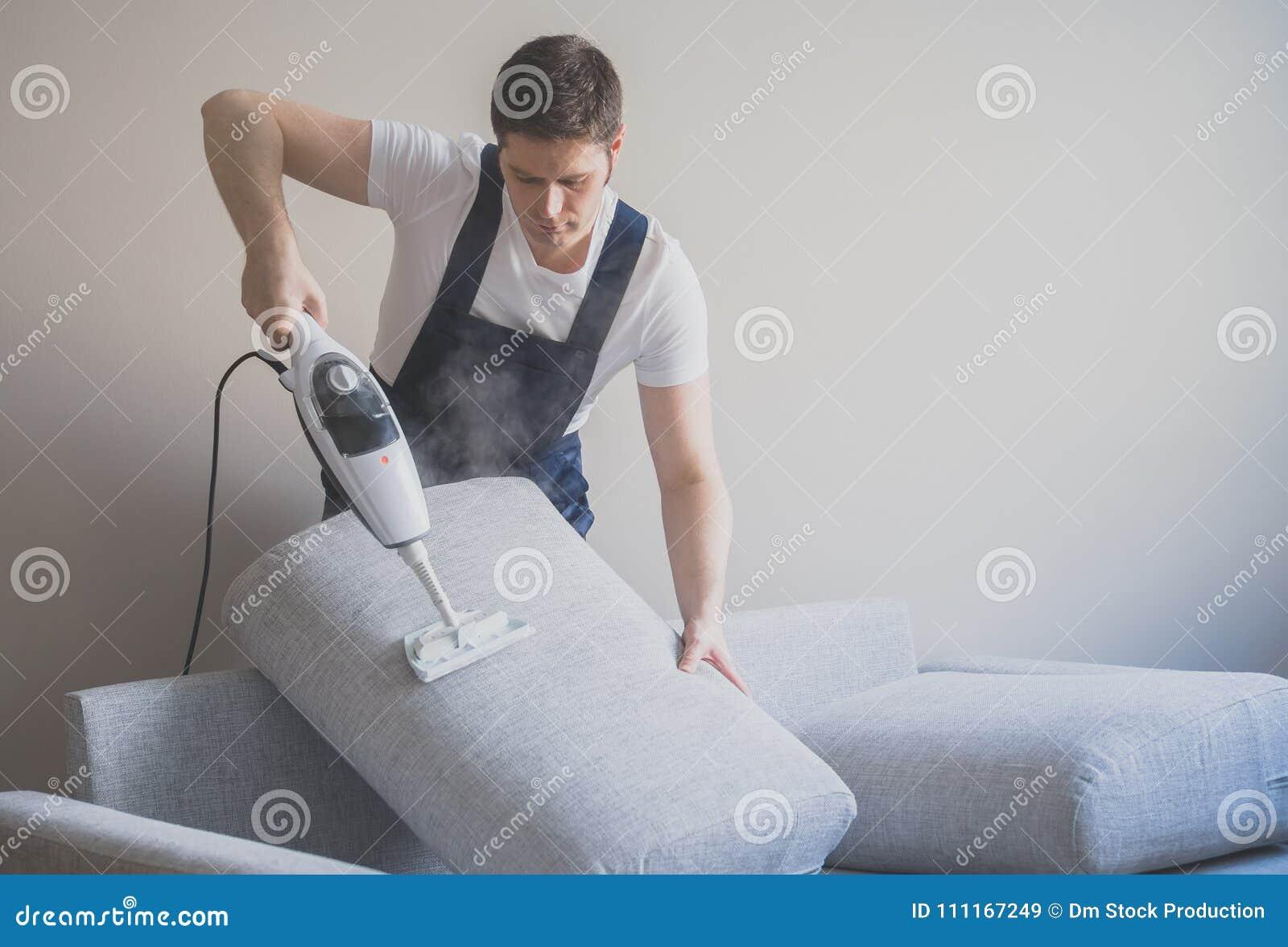 Homem no sofá uniforme da limpeza