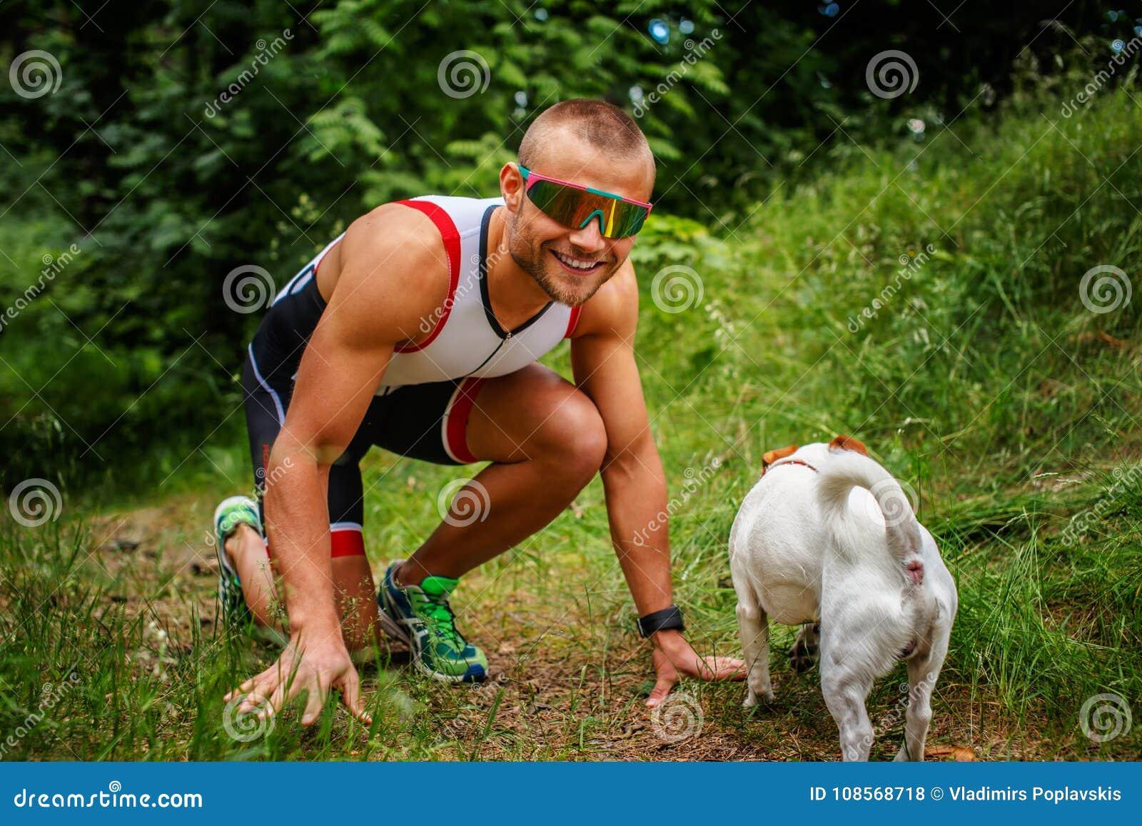 Homem no sportswear com cão pequeno