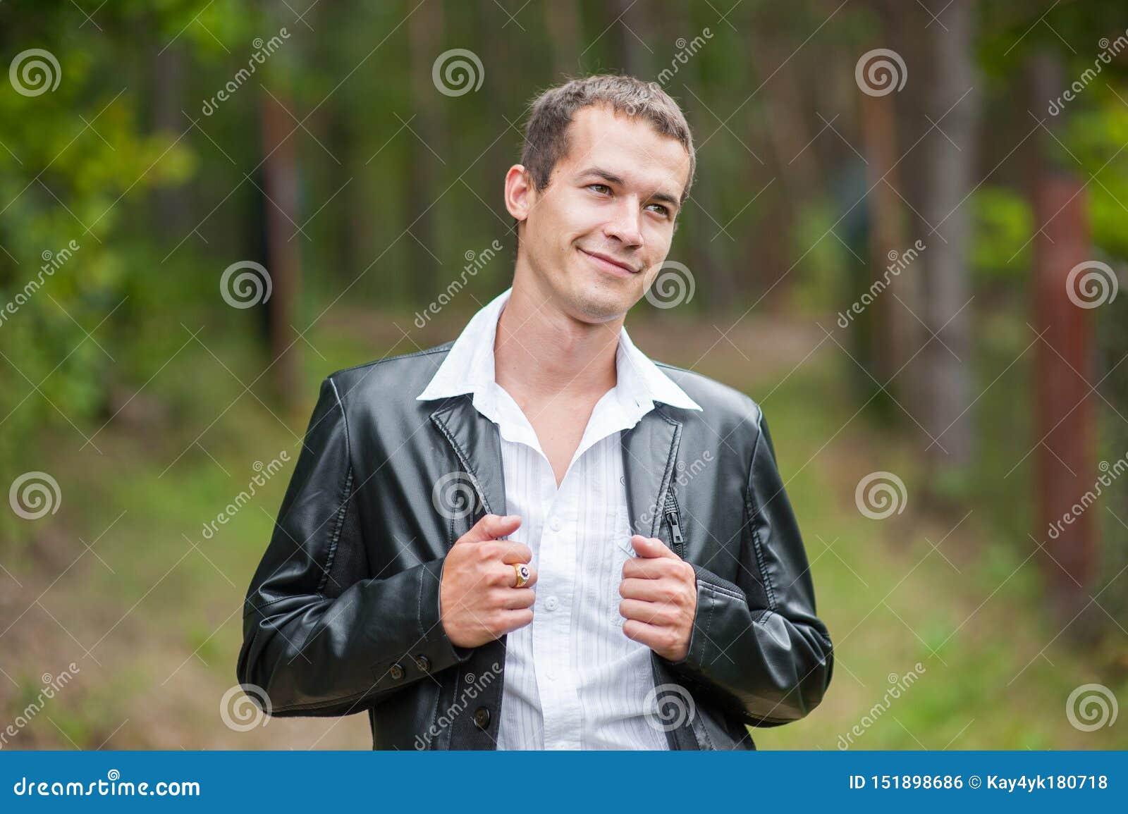 HOMEM NO SUCESSO COMERCIAL NA FLORESTA Homem de negócio com os olhos abertos que respiram profundamente na floresta, refrogerador
