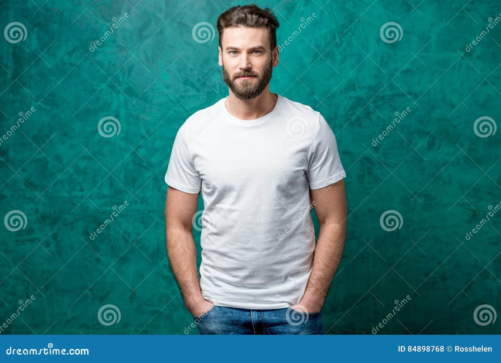 Homem no t-shirt branco