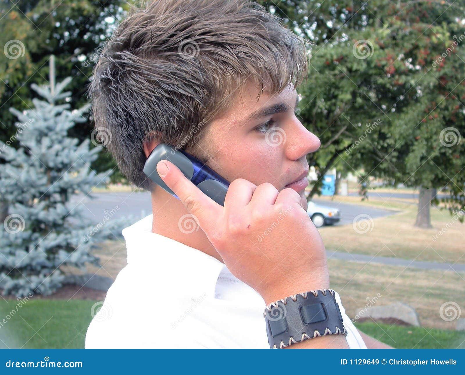 Homem no telefone de pilha
