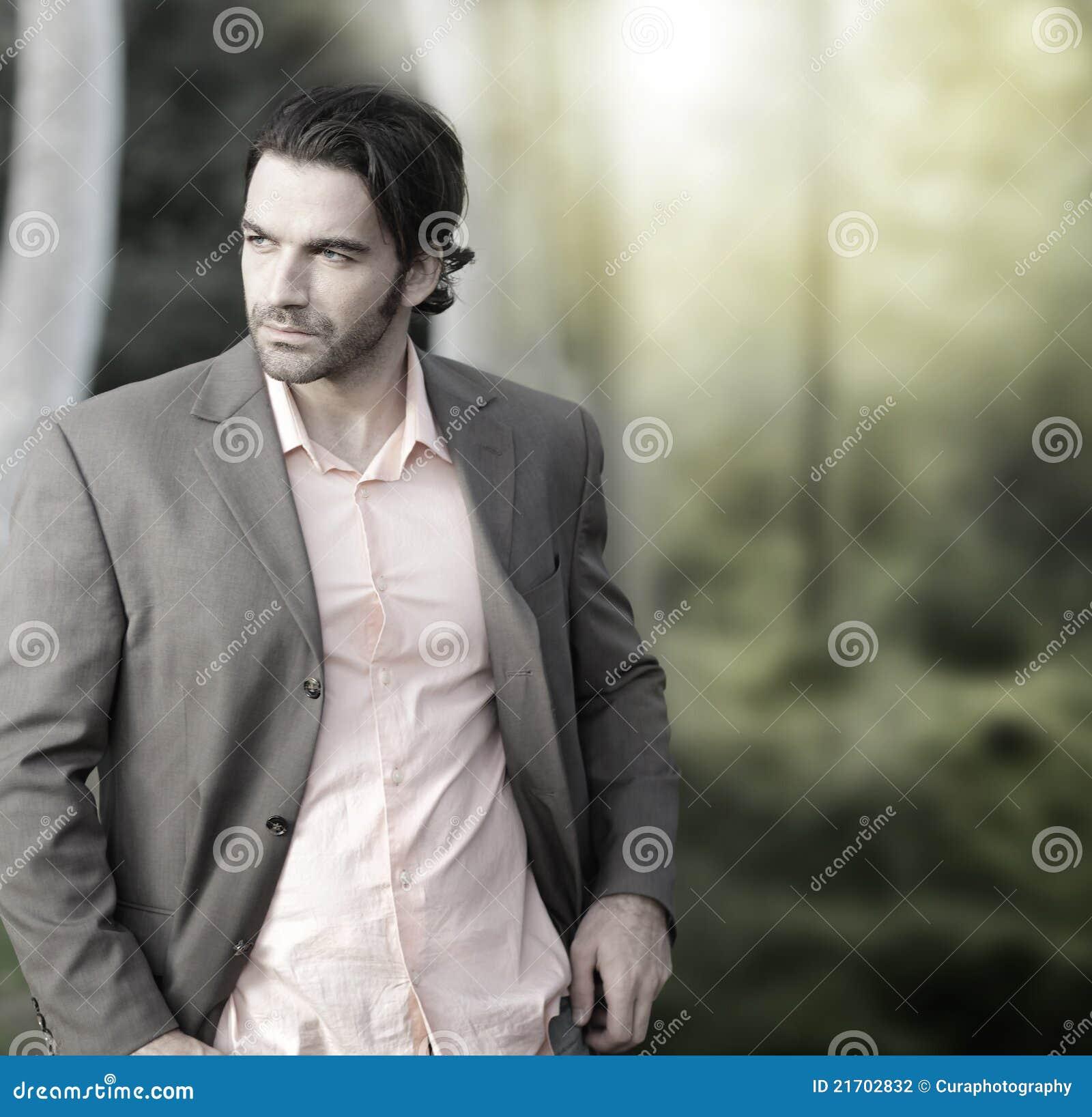 Homem no terno fora