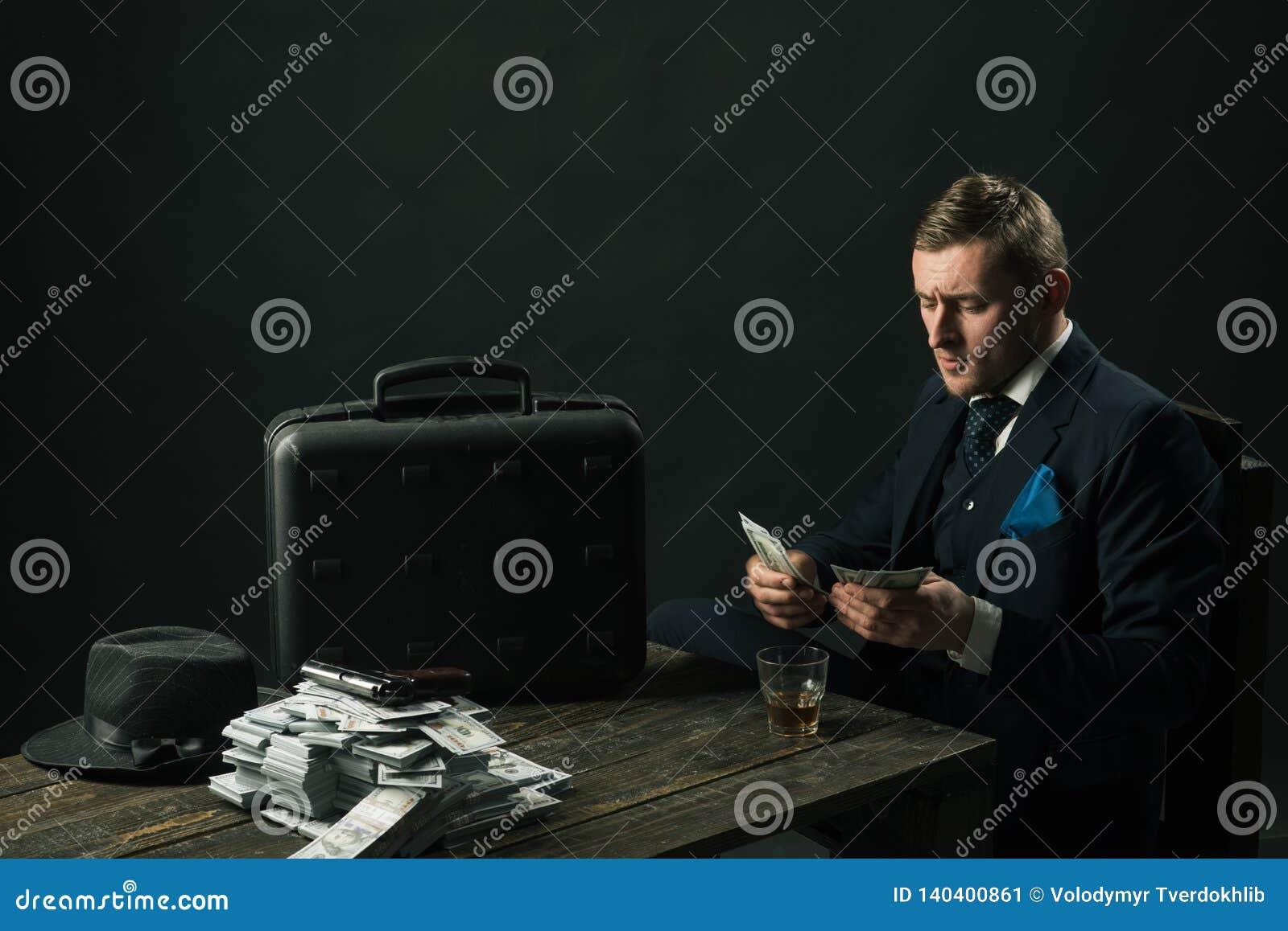 Homem no terno mafia Fazendo o dinheiro Transação do dinheiro Trabalho do homem de negócios no escritório do contador conceito da