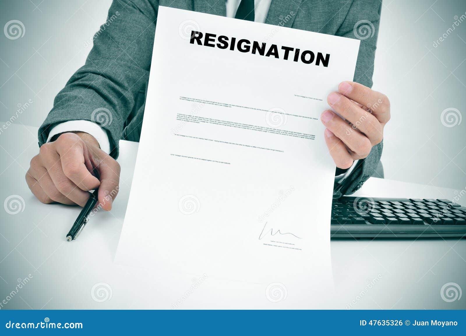 Homem no terno que mostra um original assinado figurado da renúncia