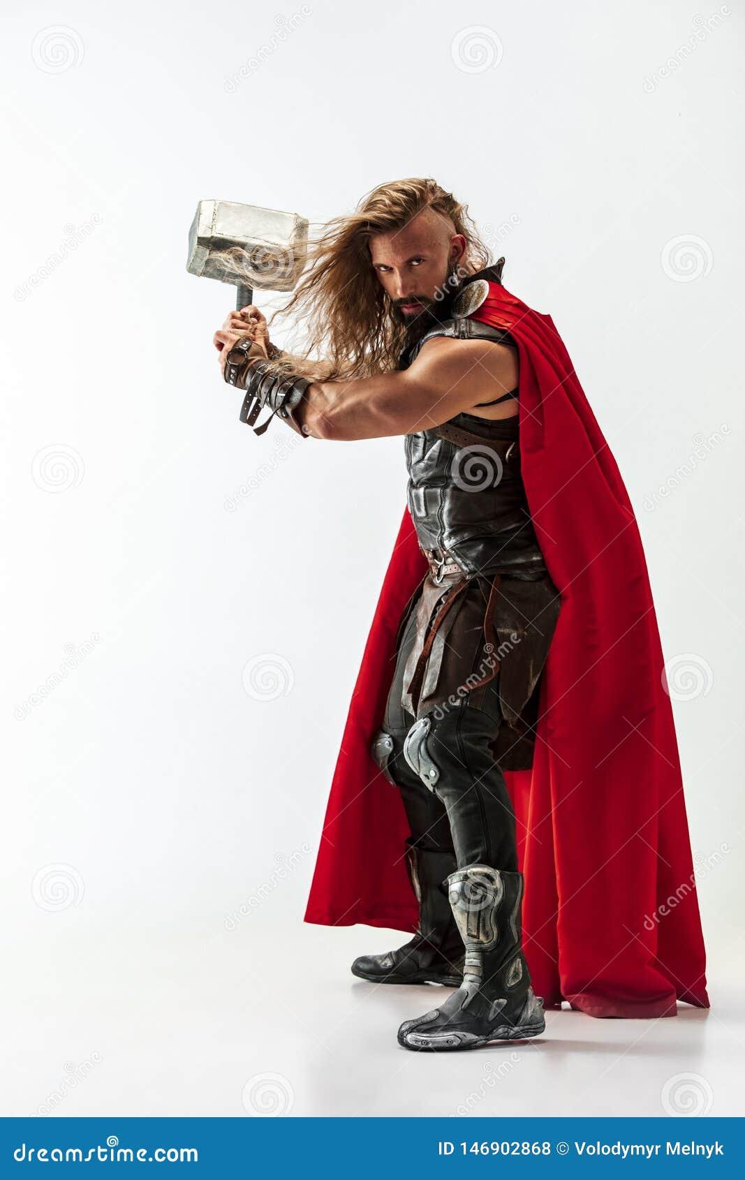 Homem no Thor cosplaying isolado no fundo branco do est?dio