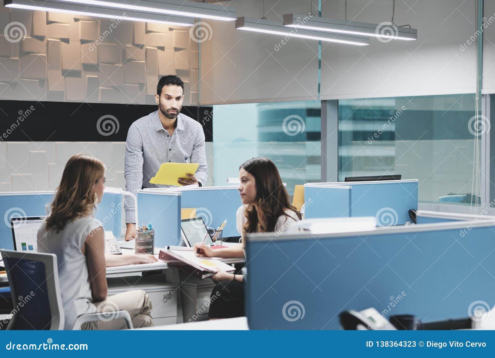 Homem no trabalho ignorado por colegas fêmeas no espaço de Coworking