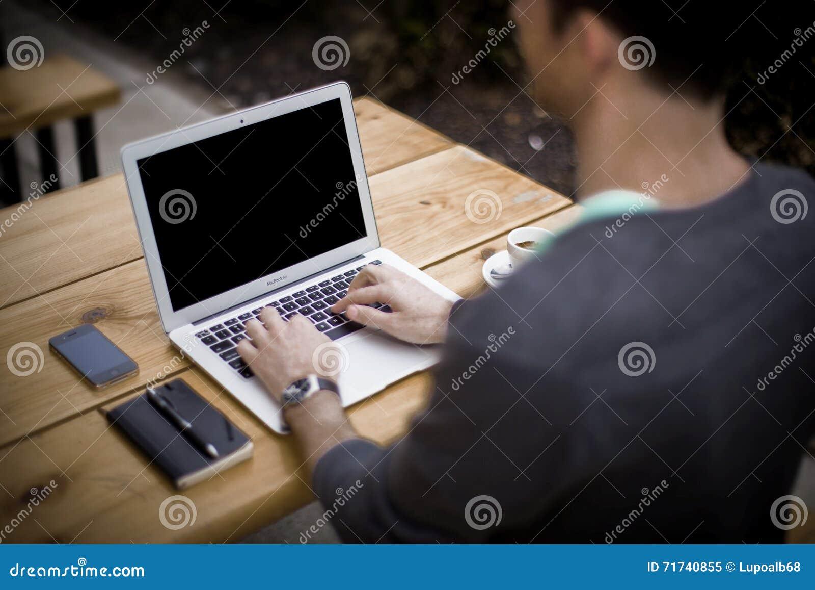 Homem no trabalho: Portátil do portátil e telefone, escritório domiciliário