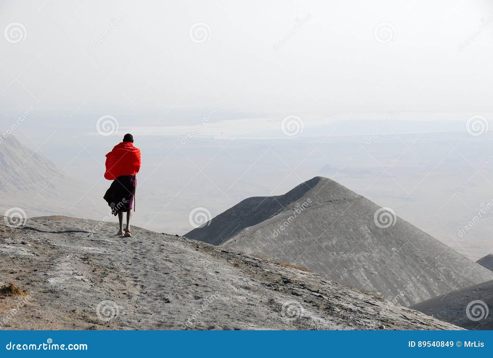 5a92299ec Homem Nos Montes Cobertos Por Cinzas Vulcânicas