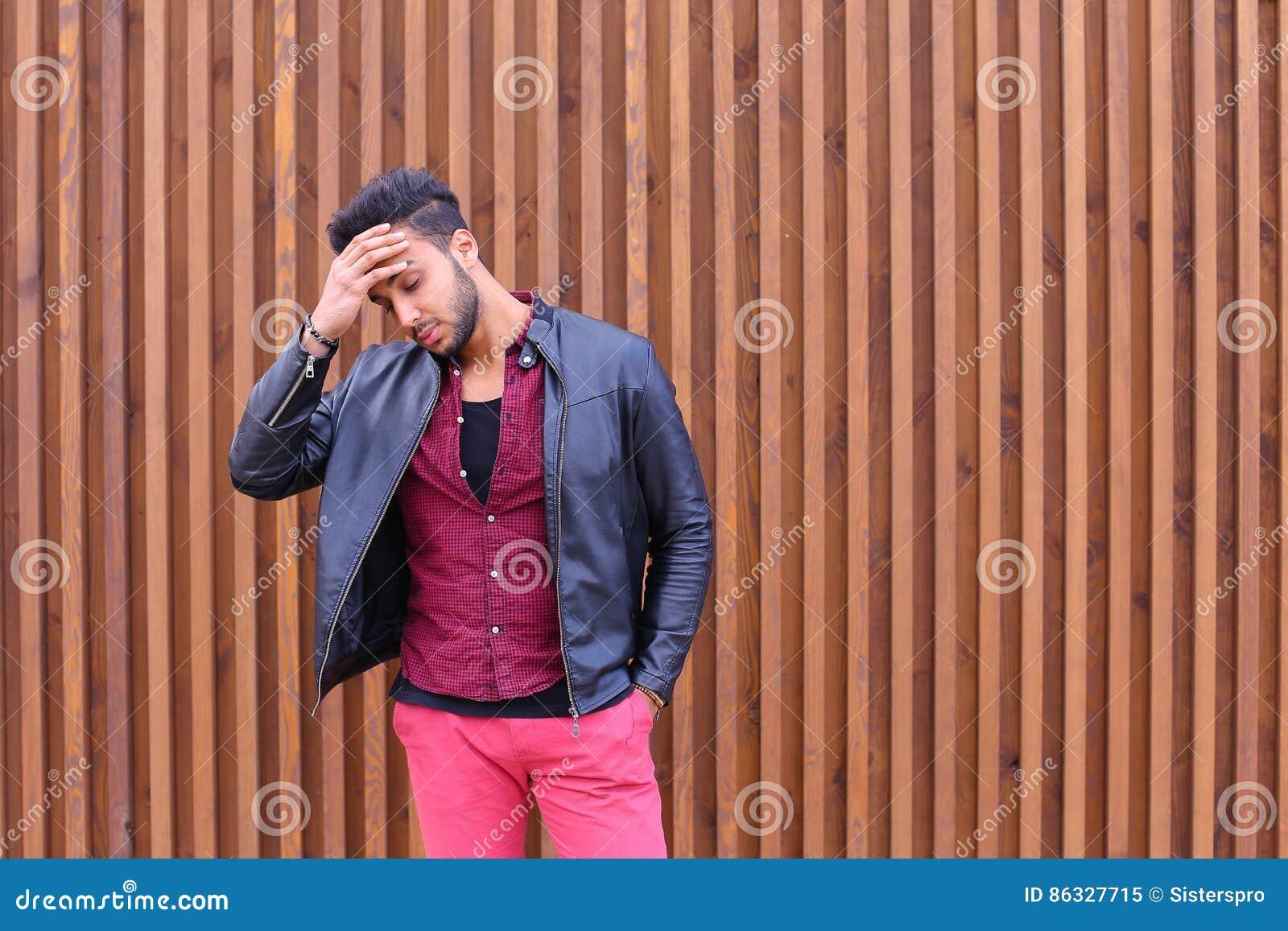 Homem novo árabe atrativo, estudante Feels Headache, com cabeça a