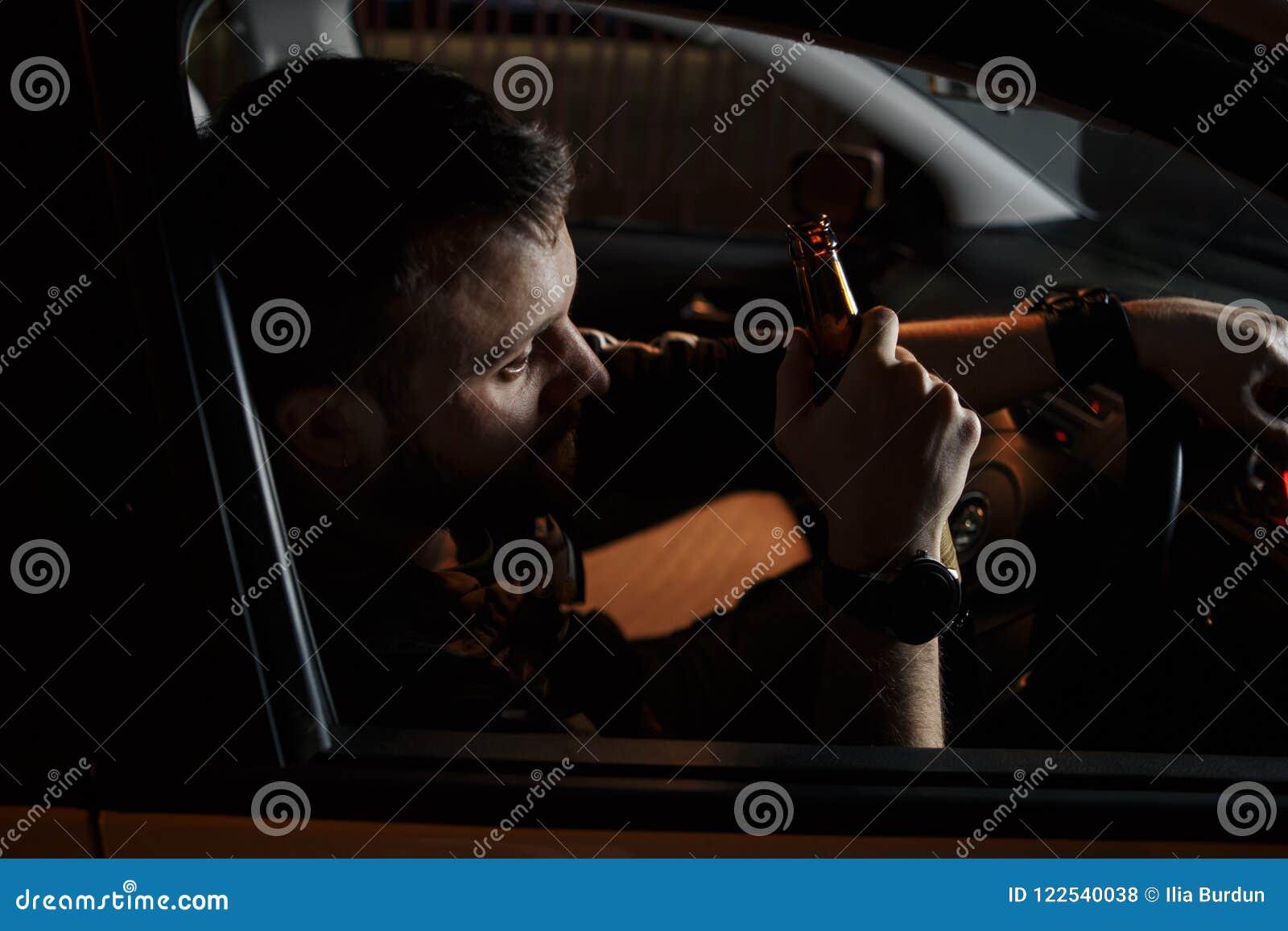 Homem novo cansado que conduz seu carro dormindo dentro de seu carro, esgotado