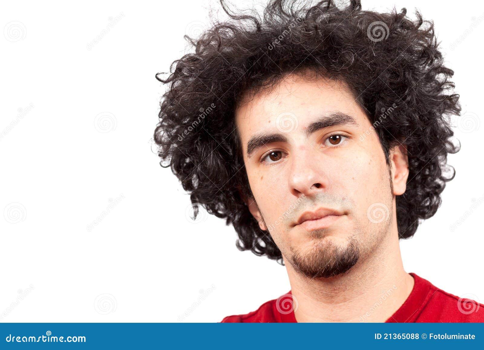 Homem novo com cabelo curly