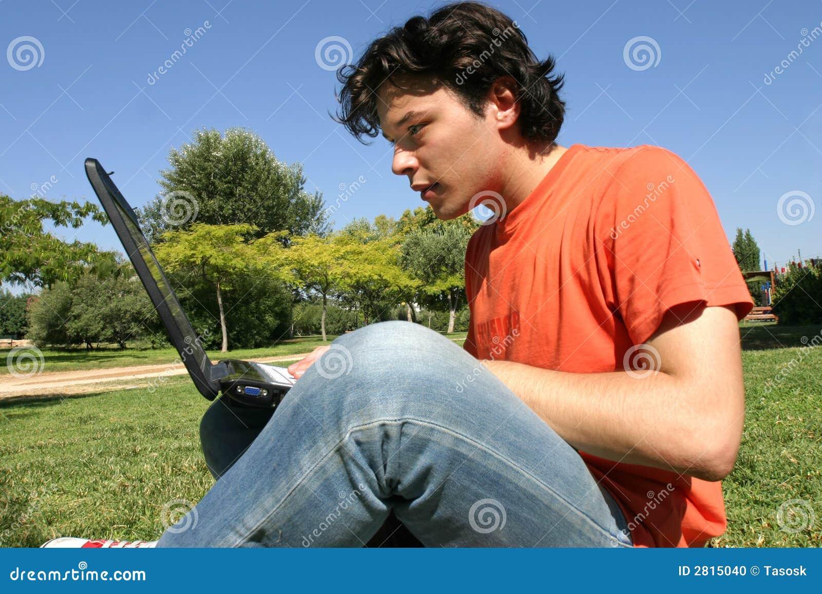 Homem novo com computador