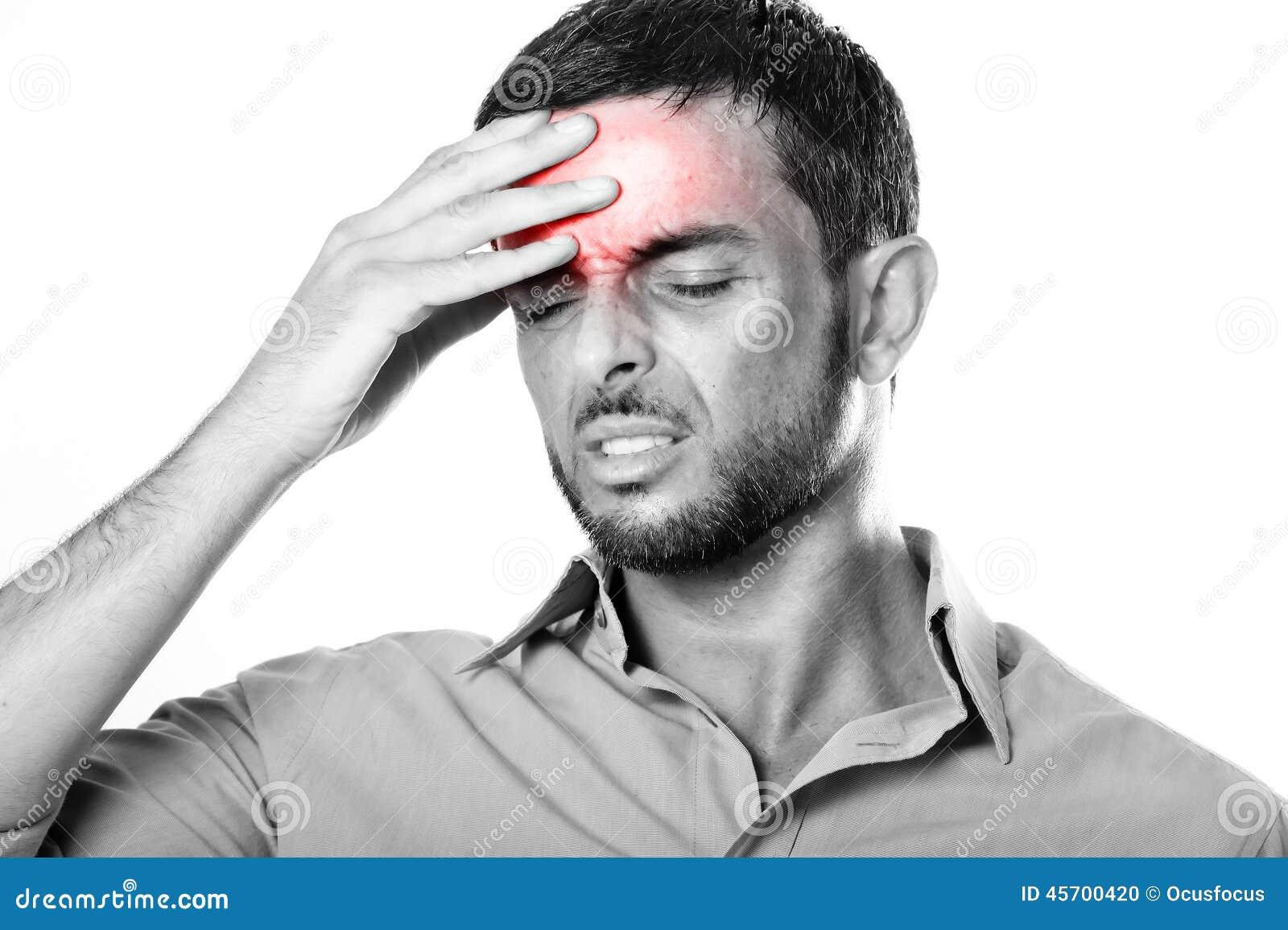 Homem novo com dor de cabeça e enxaqueca de sofrimento da barba na expressão da dor