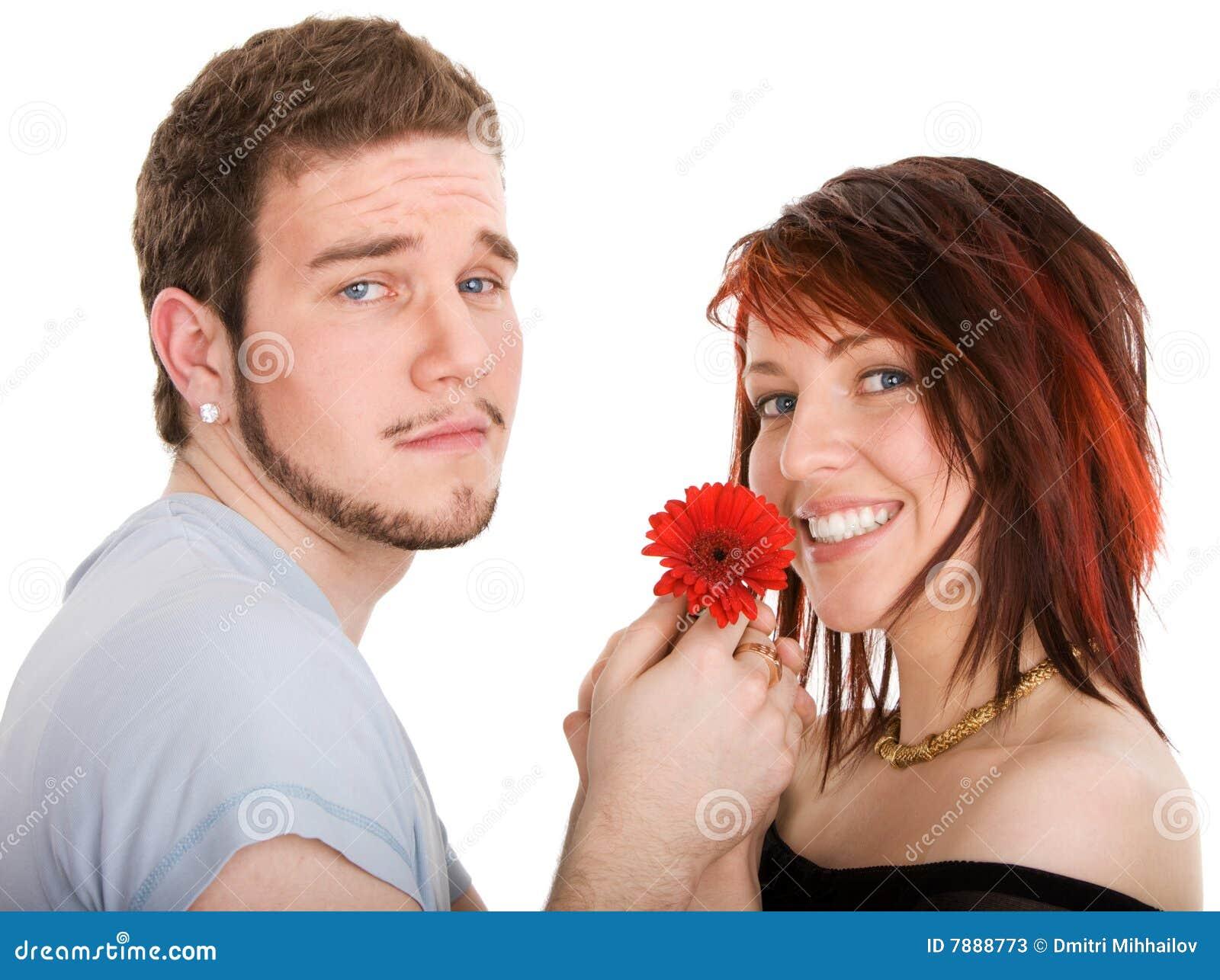Homem novo com flor e a menina bonita