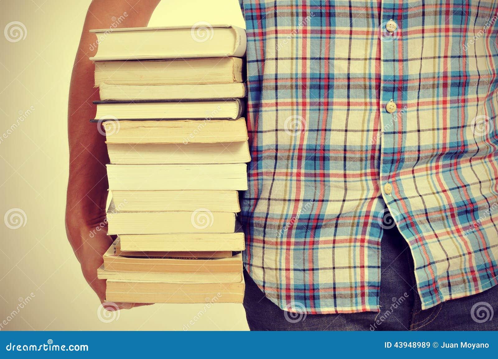 Homem novo com livros, com um efeito do filtro