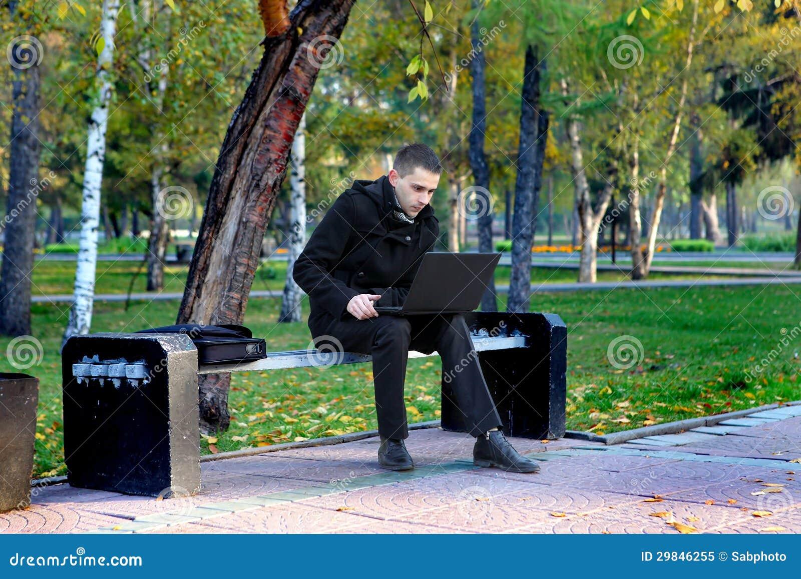 Homem com o portátil exterior