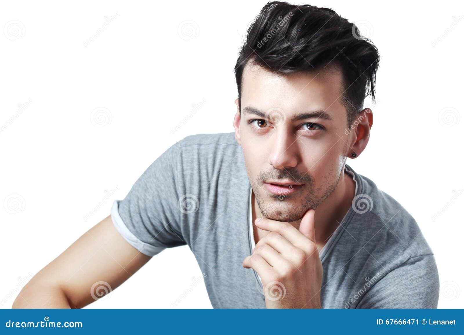 Homem novo com olhar misterioso
