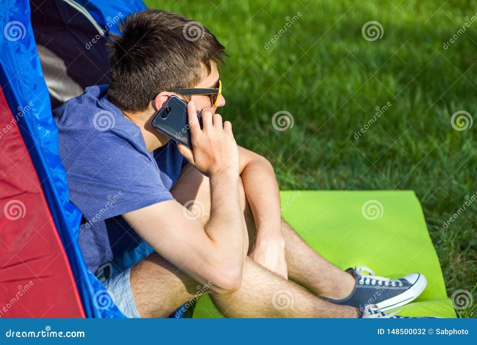 Homem novo com um telefone