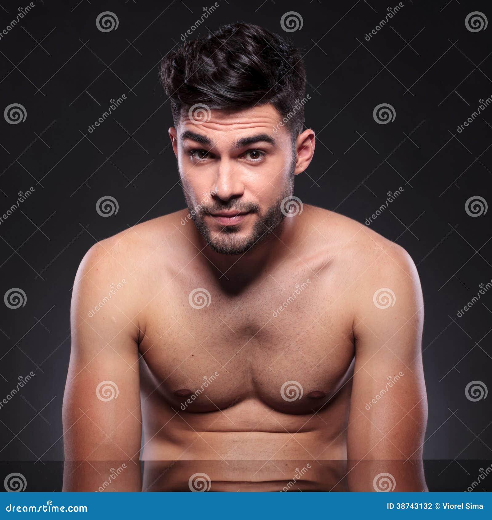 Homem novo despido com sobrancelhas aumentadas
