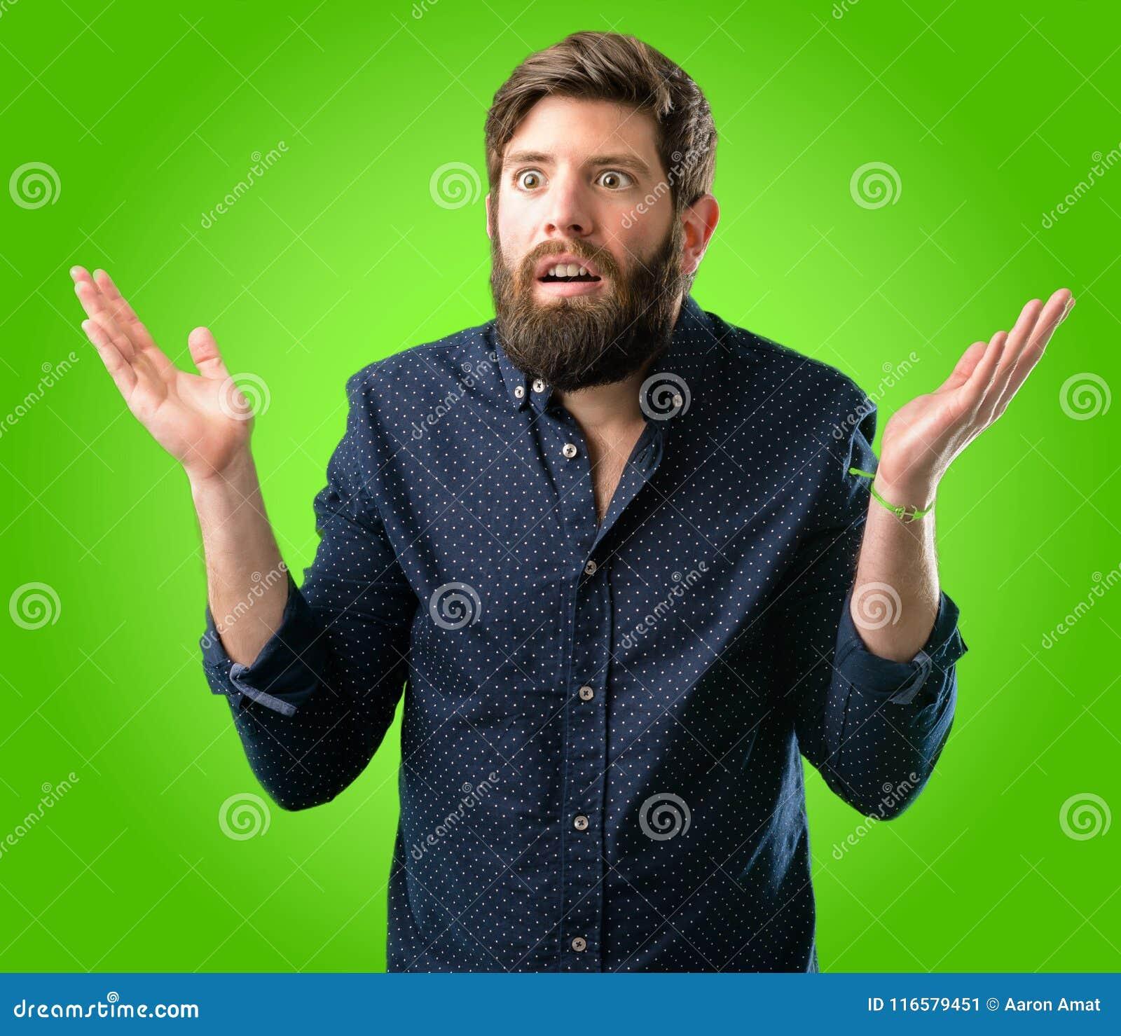 Homem novo do moderno com barba e camisa