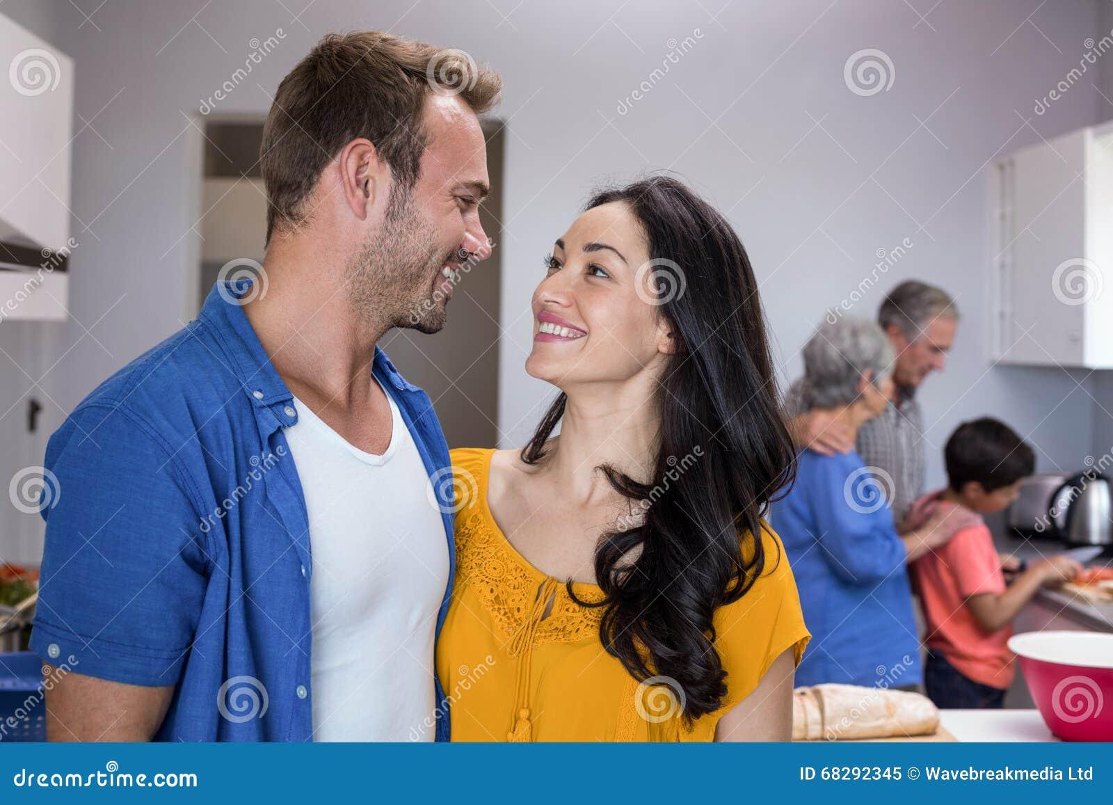 Homem novo e jovem mulher que estão na cozinha