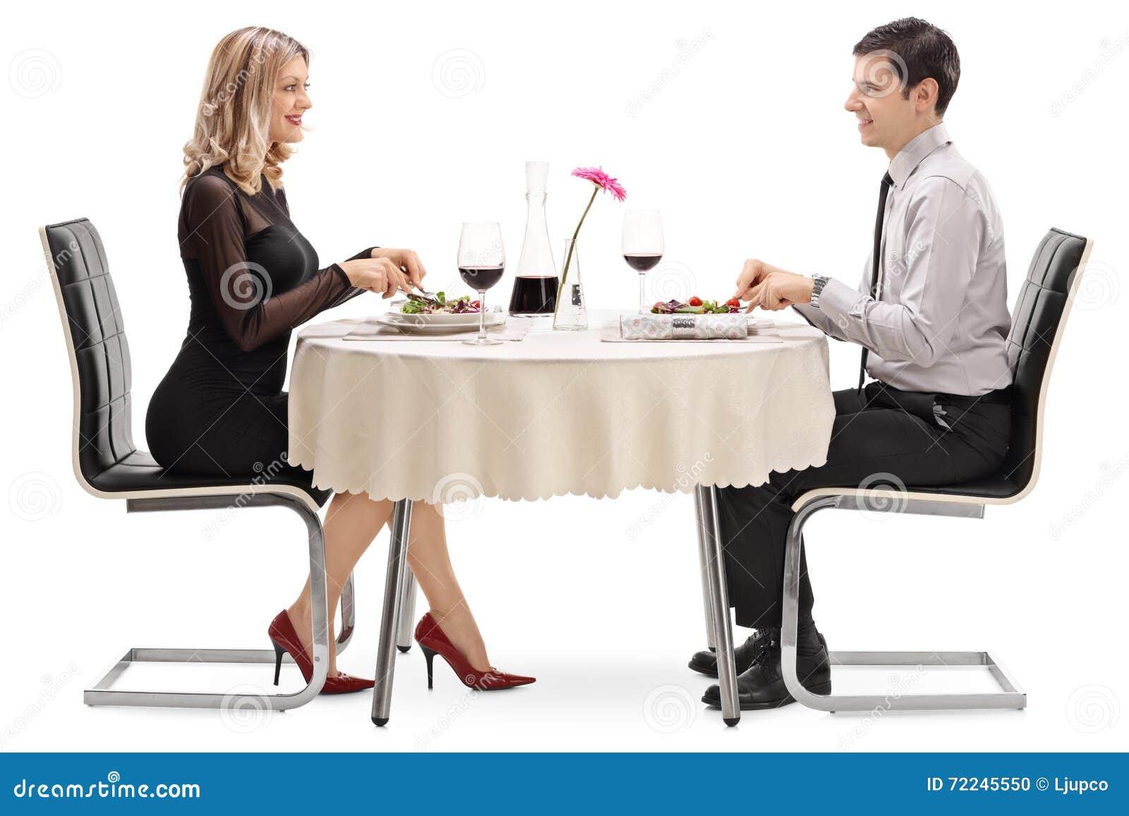 Homem novo e mulher que comem em uma data