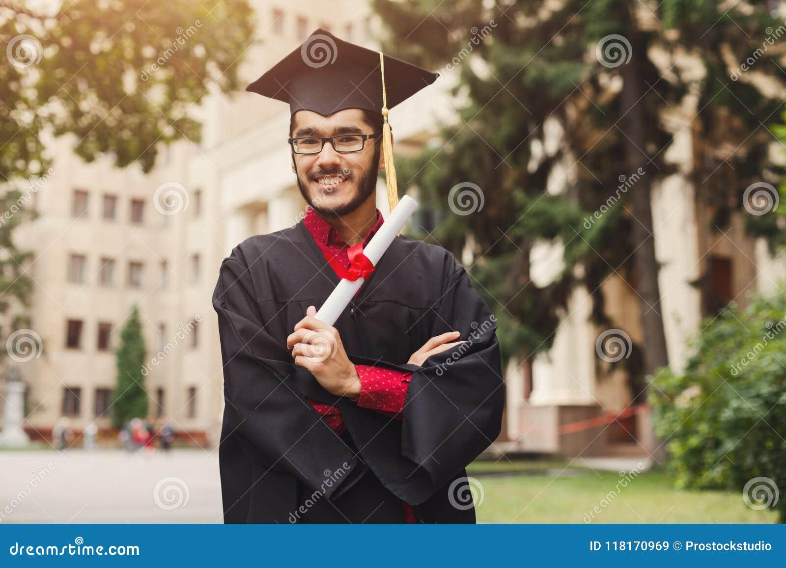 Homem novo feliz em seu dia de graduação