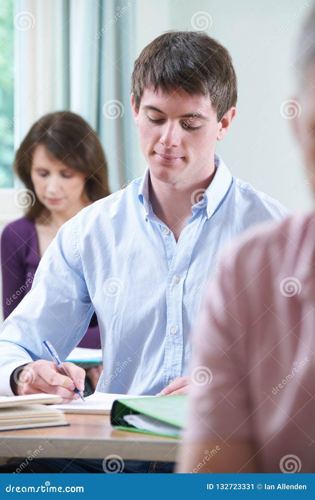 Homem novo na classe do ensino para adultos