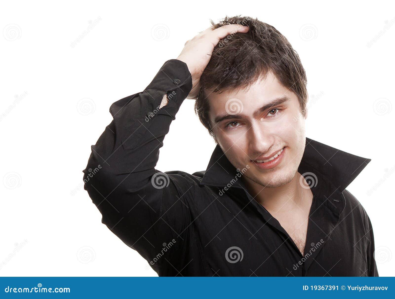 Homem novo no sorriso preto da camisa isolado