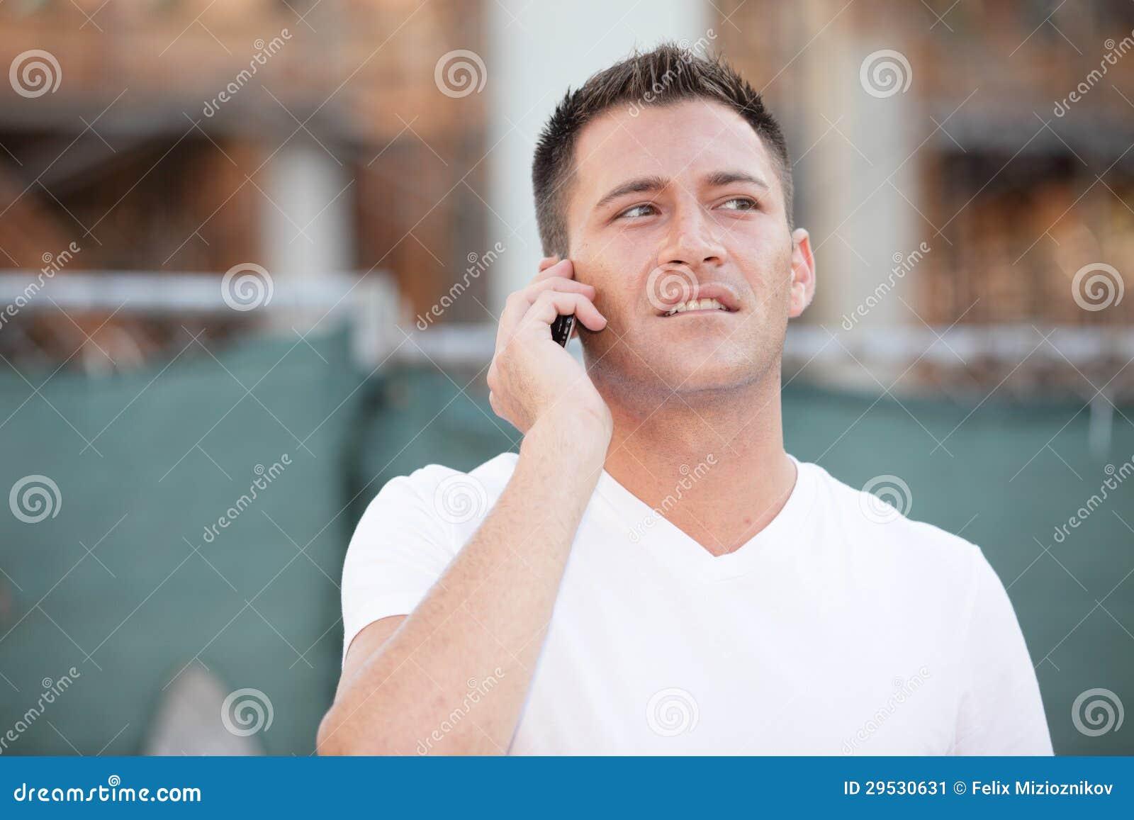Homem novo no telefone