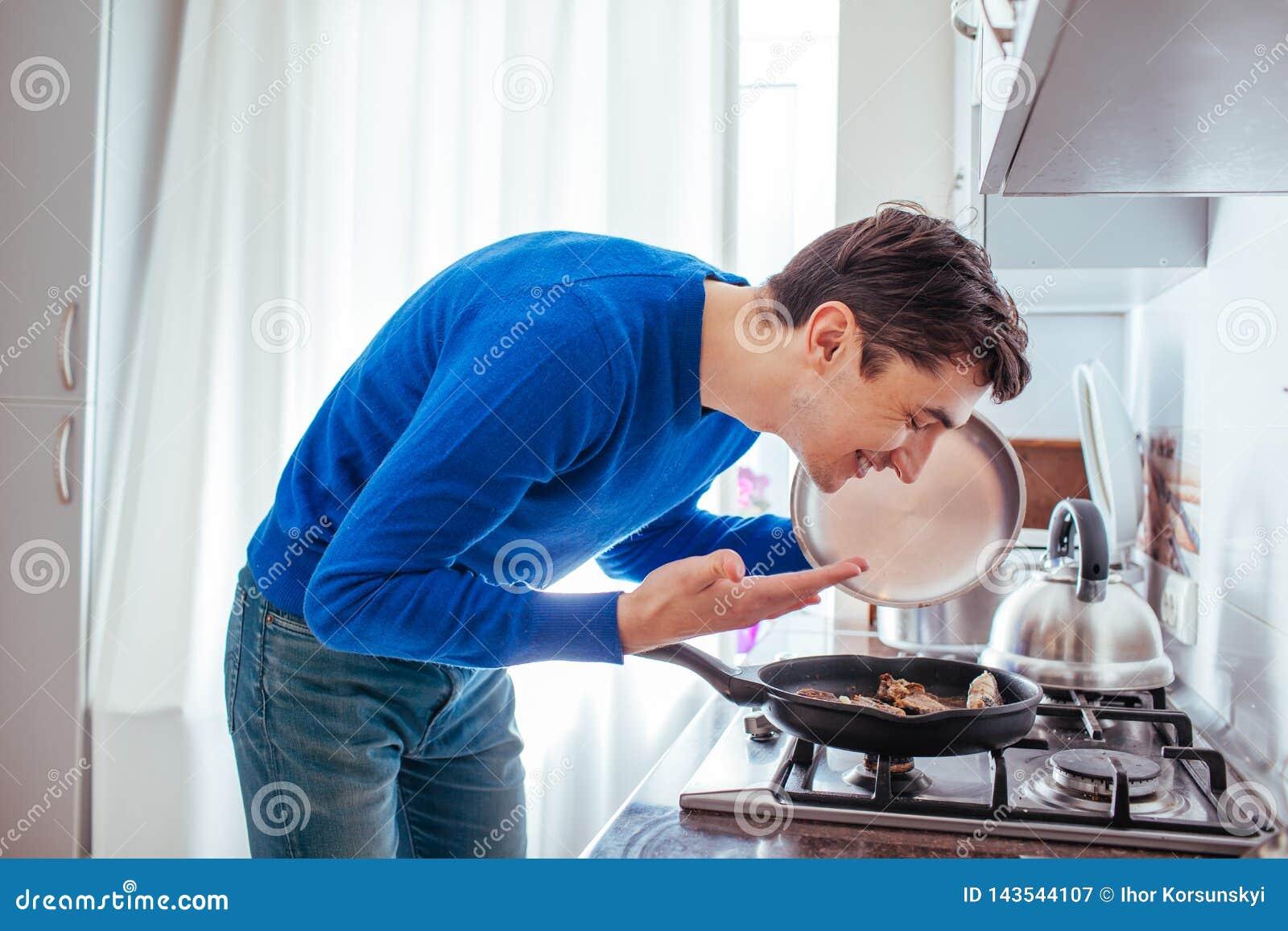 Homem novo que aspira o alimento da bandeja