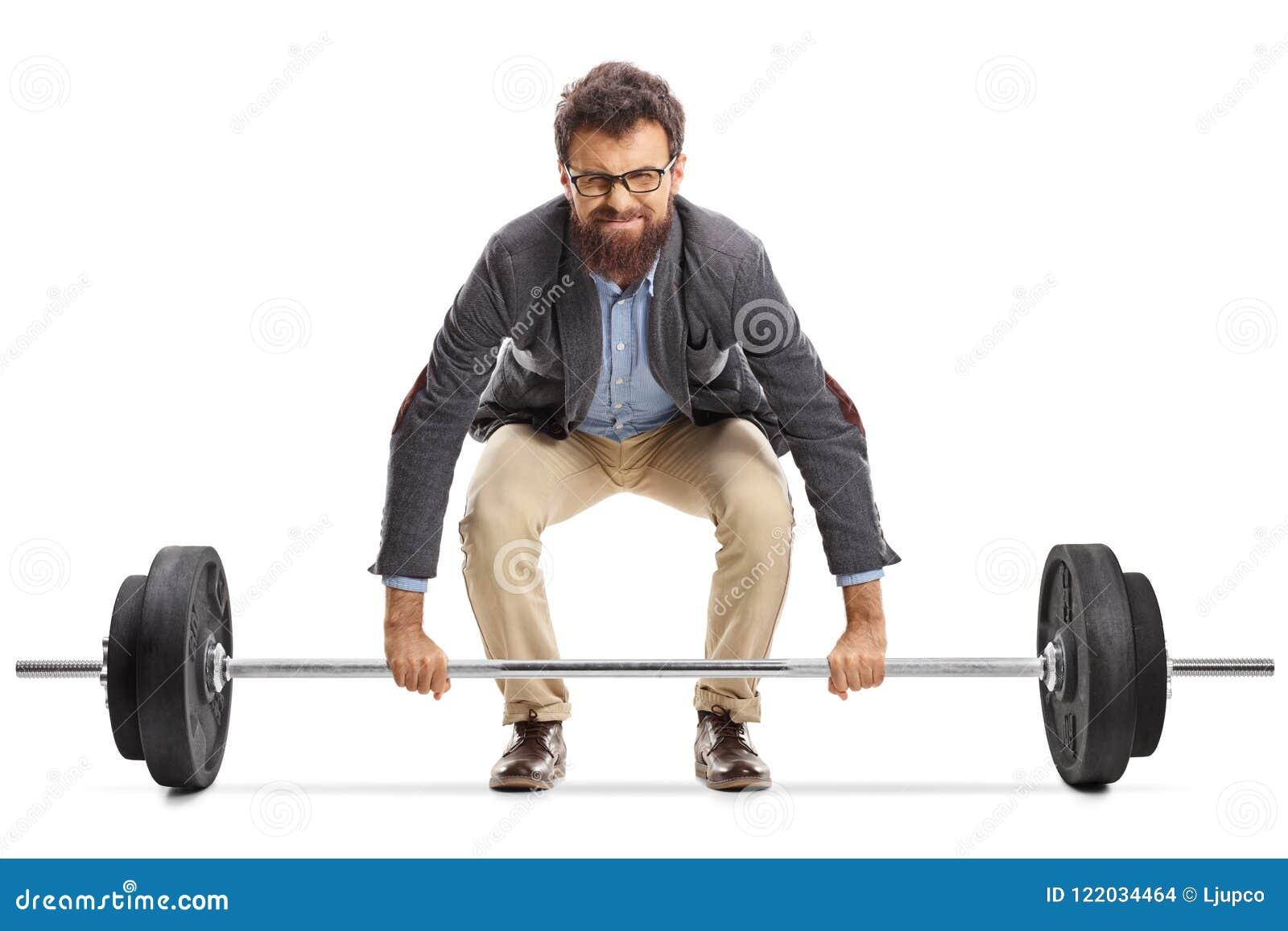 Homem novo que esforça-se para levantar um barbell