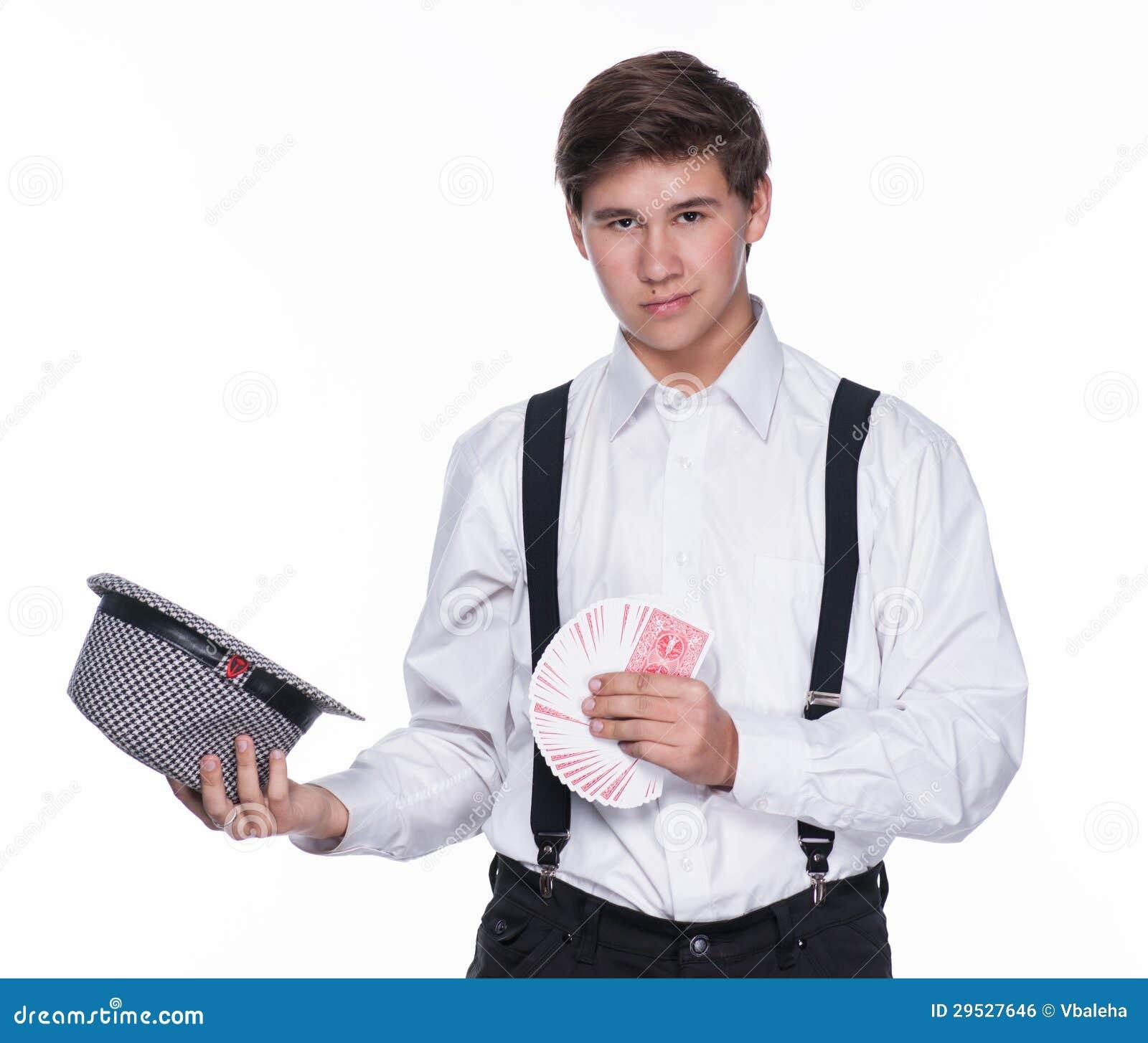 Homem novo que guardara o chapéu e os cartões