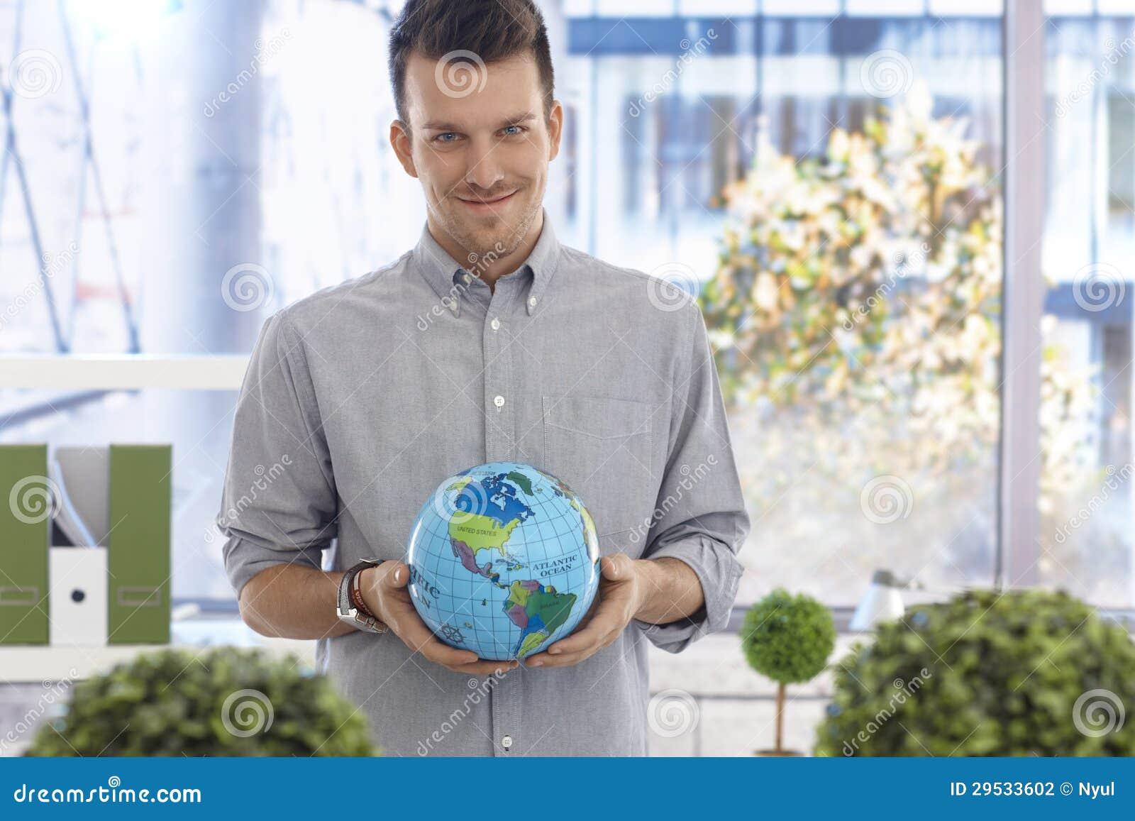 Homem novo que guardara o sorriso do globo