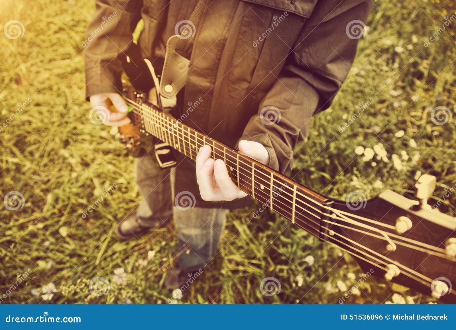 Homem novo que joga na guitarra fora