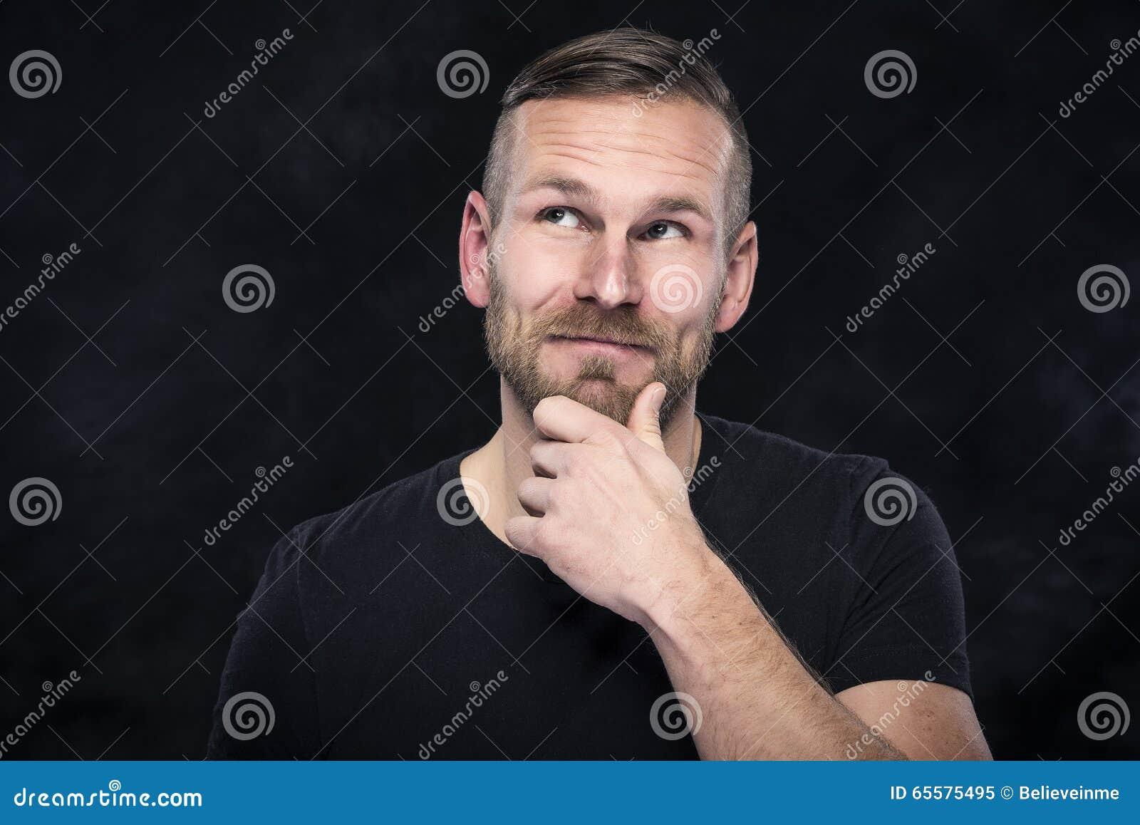 Homem novo que pensa sobre algo agradável