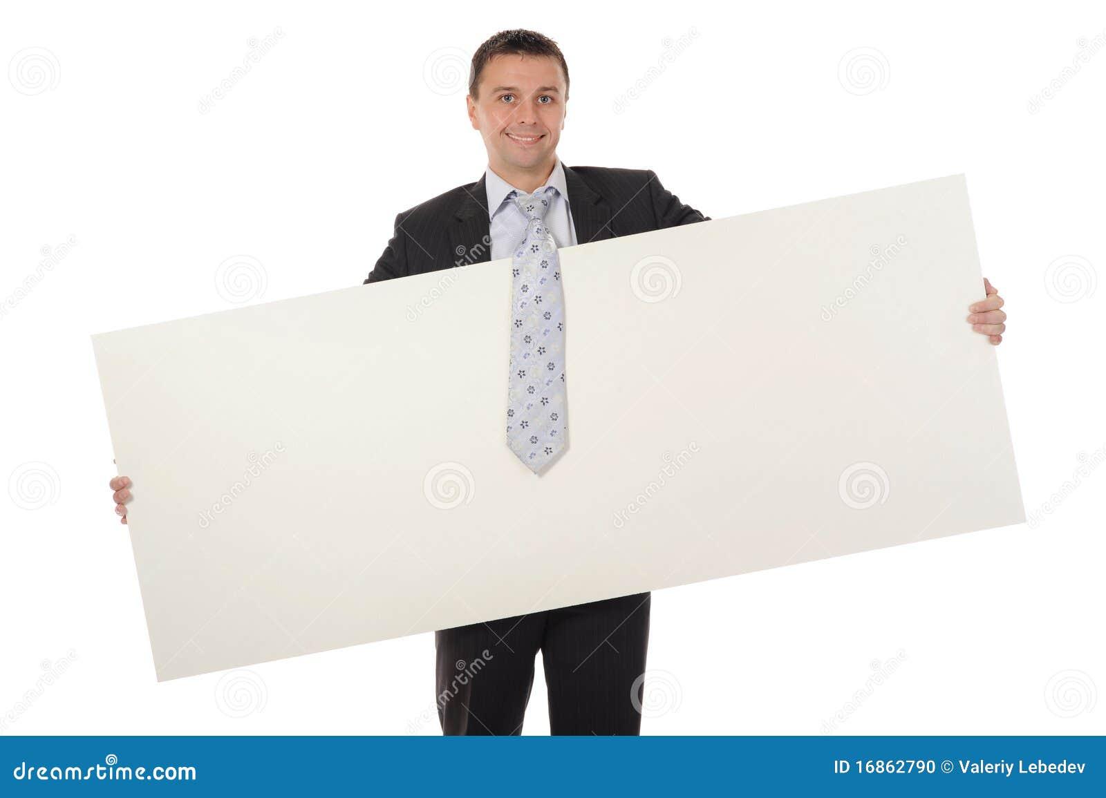Homem novo que prende a folha em branco