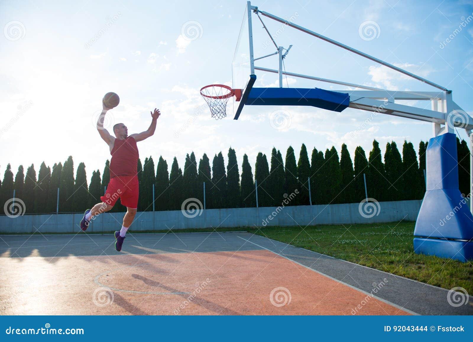 Homem novo que salta e que faz um afundanço fantástico que joga o stree