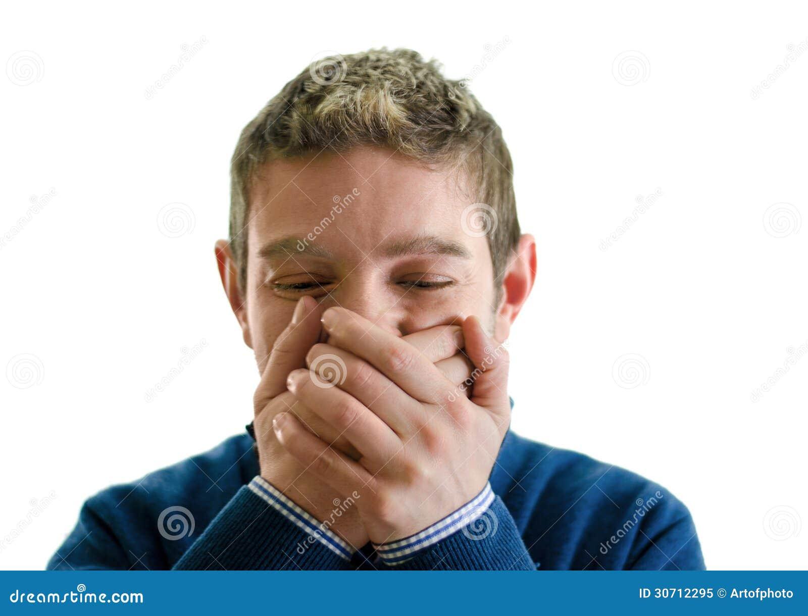 Homem novo que tenta não rir