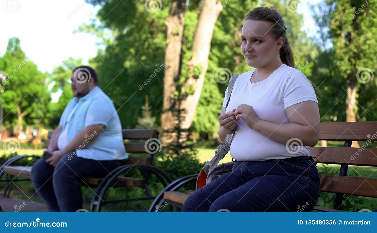 Homem obeso tímido e mulher incerta receosos obter familiar, inexperiente