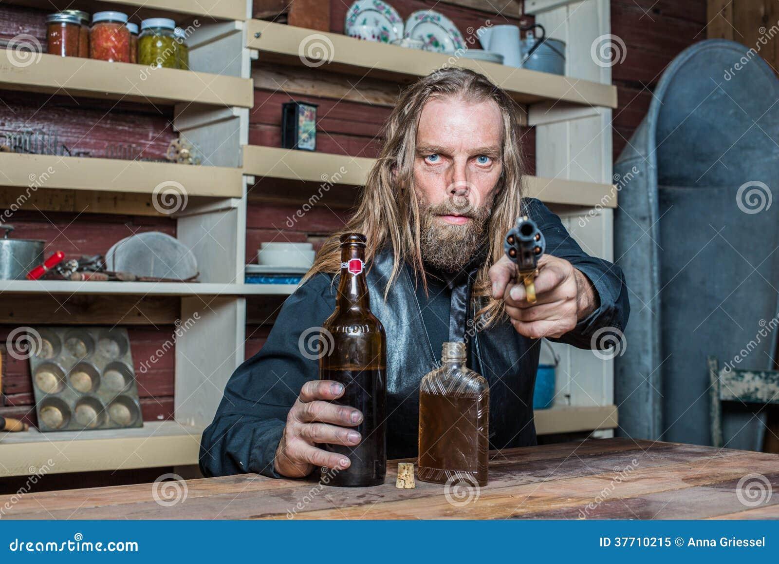 Homem ocidental bêbado na tabela