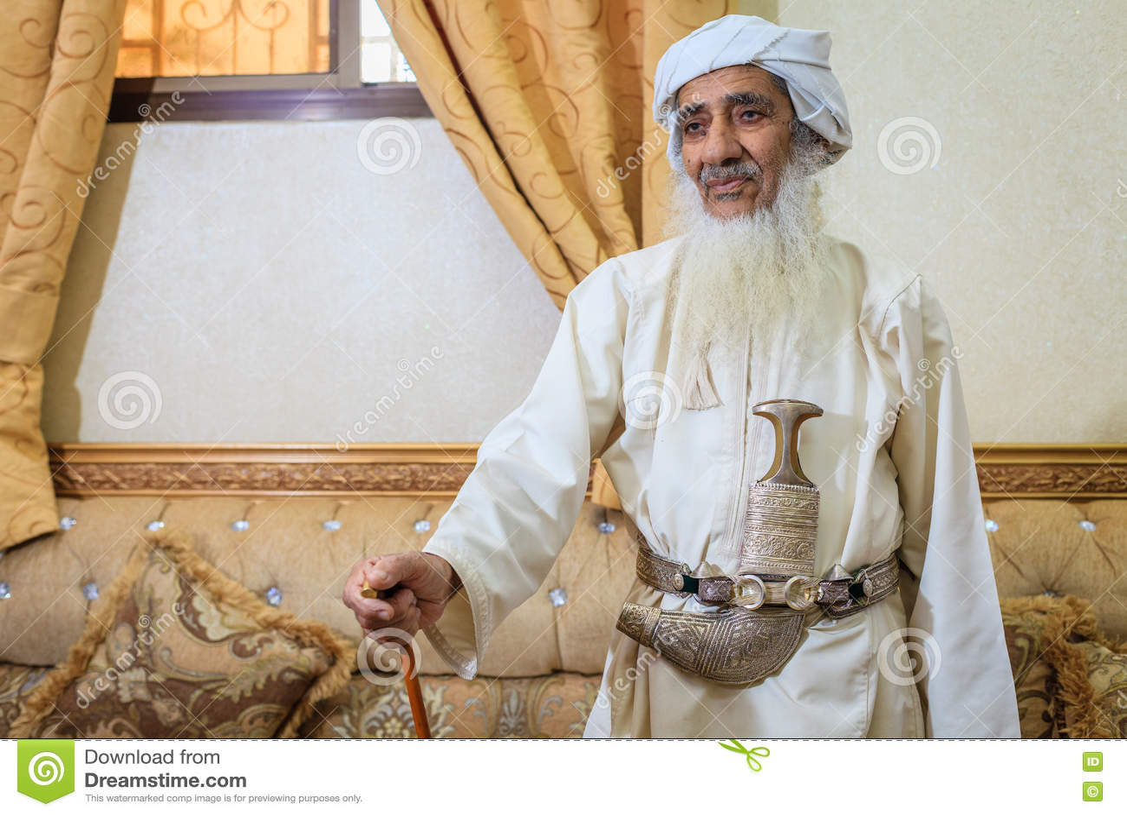 Homem omanense idoso no equipamento tradicional