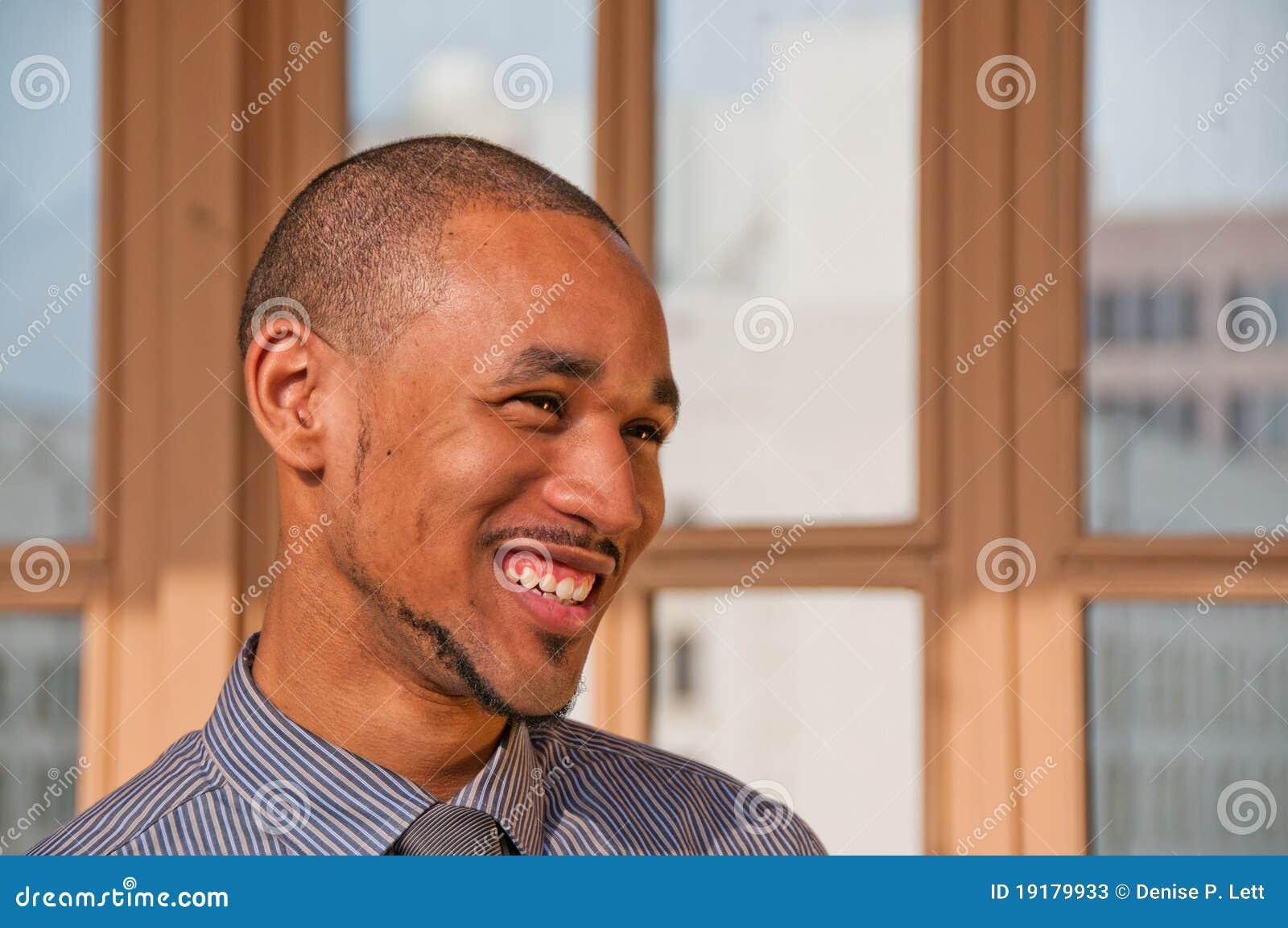 Homem profissional novo do americano africano