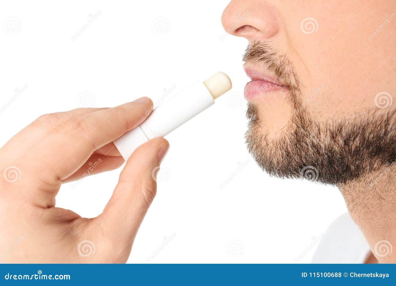 Homem que aplica o bálsamo de bordo higiênico